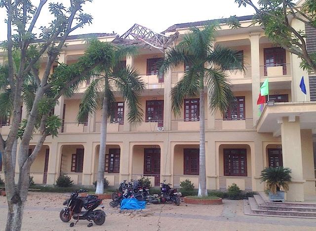 Hiện trường vụ sập cần cẩu xuống Trường THPT Lê Viết Thuật làm một học sinh lớp 10 chết.