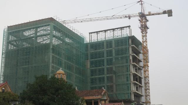 Hai tháp cẩu của hai công trình xây dựng nằm sát nhau trên đường Lê Viết Thuật, TP Vinh.