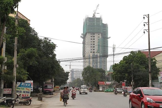 """TP Vinh: Người dân bất an vì cẩu tháp """"bủa vây"""" khắp ngả đường - 2"""
