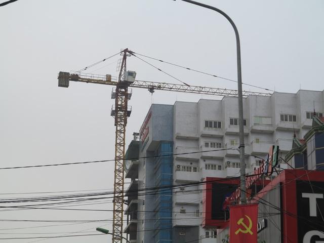 """TP Vinh: Người dân bất an vì cẩu tháp """"bủa vây"""" khắp ngả đường - 14"""