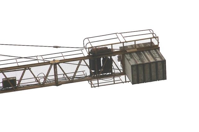 Những tấm bê tông được gắn phía sau đuôi của cần cẩu nặng cả chục tấn thế nhưng nó cứ treo lơ lửng trên không.