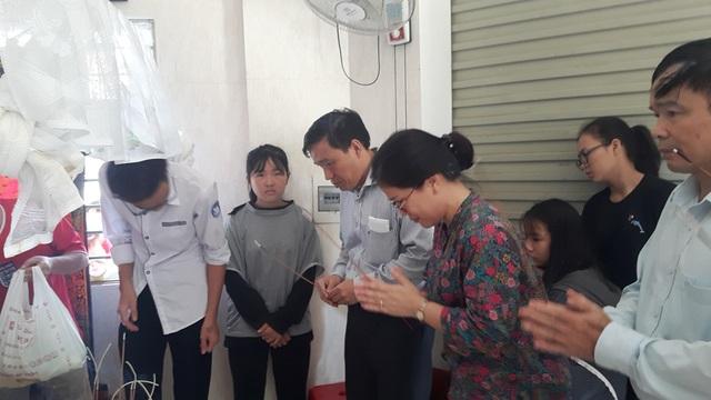 Lãnh đạo, cán bộ Sở GD&ĐT Nghệ An đến thắp hương, chia buồn cùng gia đình em Hải.