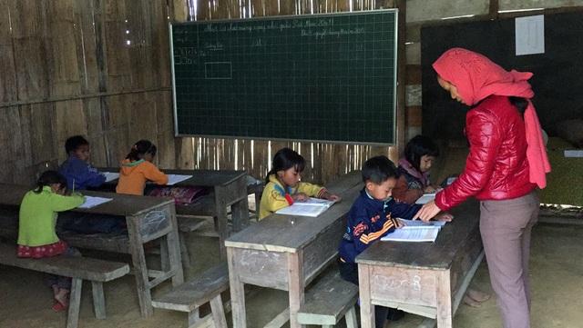Cô Minh đang hướng dẫn các em học bài.