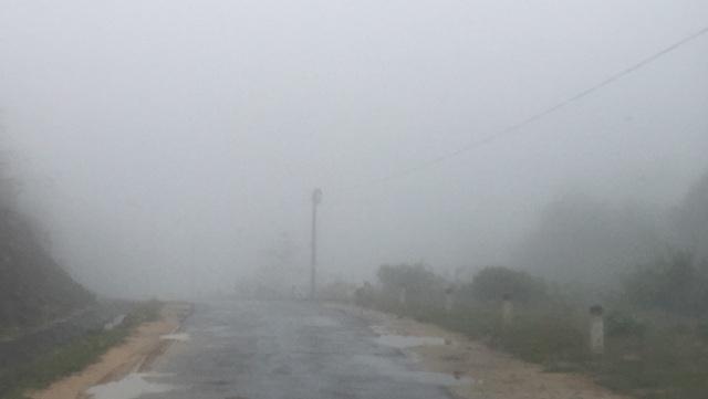 Cung đường vào điểm trường Thằm Thẩm những ngày chớm đông khi sương mù bao phủ.