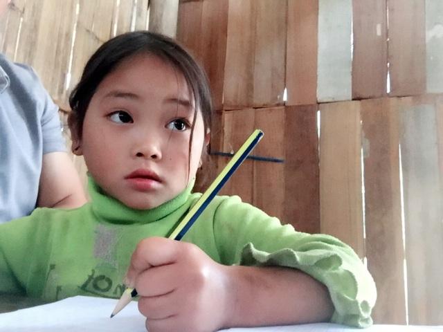 Một em bé mầm non cũng được học chung lớp với các anh chị.