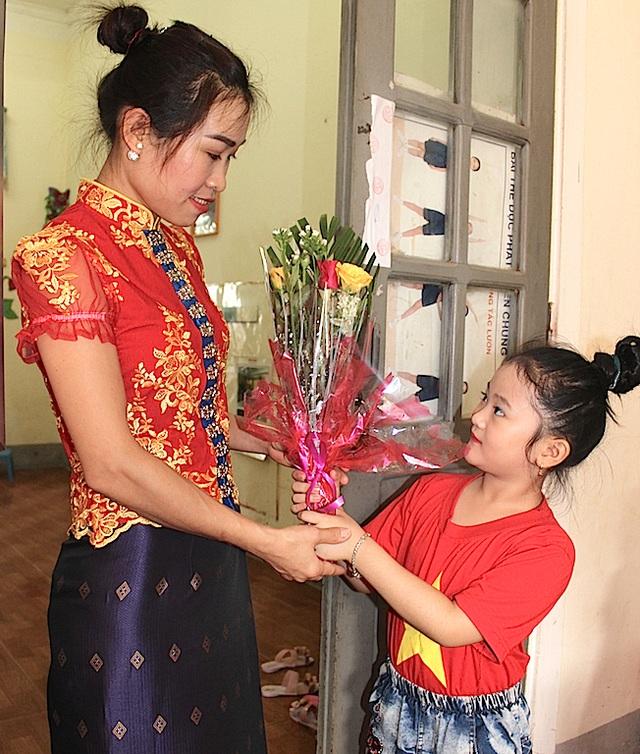 Học sinh miền núi cao tặng hoa cô trong ngày Nhà giáo Việt Nam.