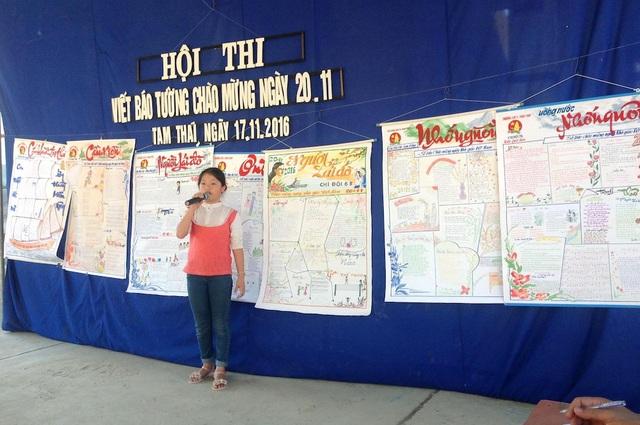 Các em học sinh trình bày về những tờ báo tường đặc biệt.