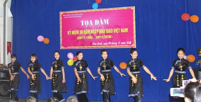 Các tiết mục văn nghệ của các cô biểu diễn trong ngày lễ kỷ niệm 34 năm ngày Nhà giáo Việt Nam.
