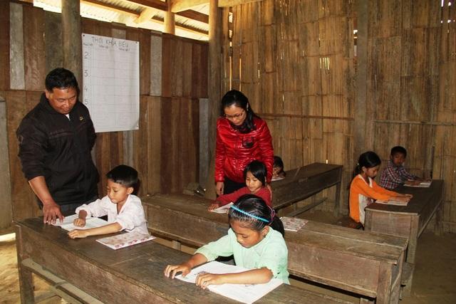 Hai vợ chồng thầy giáo Minh cùng cắm bản gieo chữ cho các em ở Thằm Thẩm.