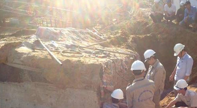 Cán bộ Sở Xây dựng Nghệ An đến hiện trường chỉ đạo trực tiếp Trung tâm Kiểm định xây dựng giám định nguyên nhân xảy ra việc sập cần cẩu.