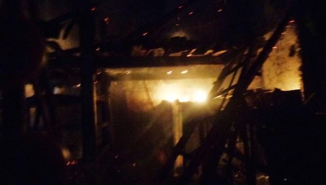 Ba gian chuồng trâu cháy rụi, chủ nhà nhập viện vì quá sốc - 2