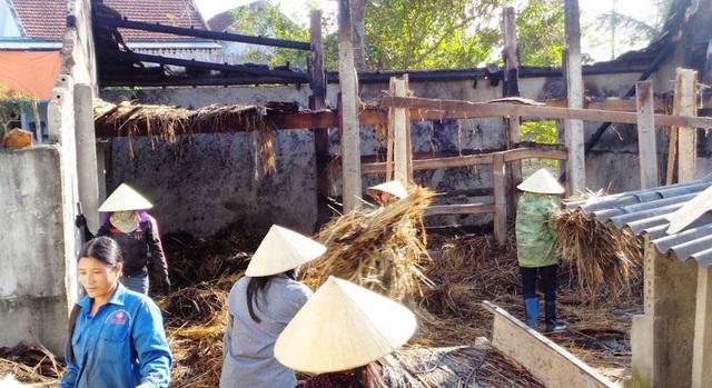 Cả 3 gian chuồng trâu đã bị ngọn lửa thiêu rụi.
