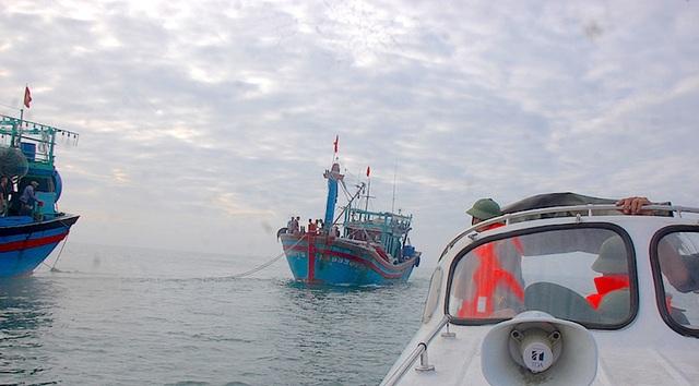 Trung tâm phối hợp tìm kiếm, cứu nạn hàng hải khu vực 1 lai dắt tàu gặp nạn vào bờ an toàn.
