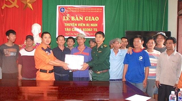 18 thuyền viên là những ngư dân biển Quỳnh Lưu được Trung tâm phối hợp tìm kiếm, cứu nạn hàng hải khu vực 1 bàn giao cho ĐBP Quỳnh Thuận.