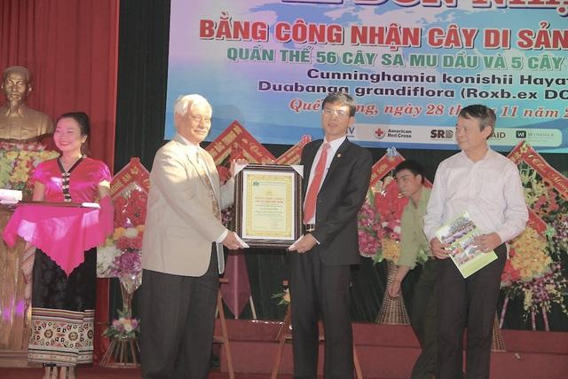 Tiến sỹ Nguyễn Ngọc Sinh - Chủ tịch Hội Bảo vệ thiên nhiên và Môi trường Việt Nam trao Bằng công nhận cây di sản cho đại diện khu bảo tồn thiên nhiên Pù Hoạt.