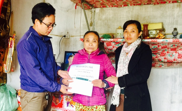 Ngày 1/12, PV Dân trí cùng cán bộ xã Nghi Vạn đã trao 44.355.000 đồng cho bà Nga.