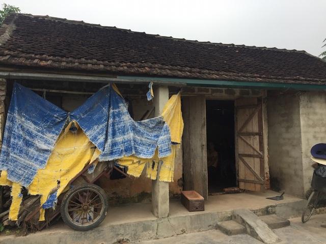 Căn nhà rách nát của bà Hoài đã xuống cấp trầm trọng, trong nhà chẳng có một thứ gì đáng giá.