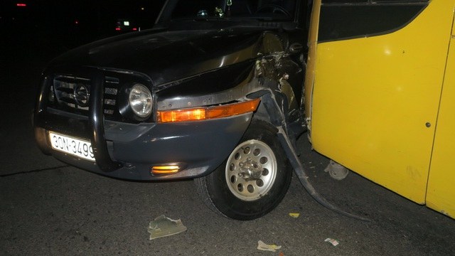 Sau khi va chạm chiếc xe con bị dính chặt vào phần đầu xe khách.