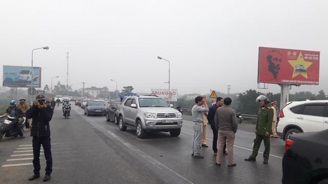 Người dân địa bàn huyện Nghi Xuân, Hà Tĩnh đưa xe ô tô đến trên gần khu vực cầu Bến Thủy 1 chặn.