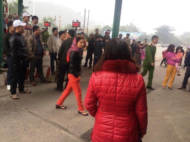 Hàng trăm người dân tiếp tục dùng xe ô tô chắn ngang cầu Bến Thuỷ - 3