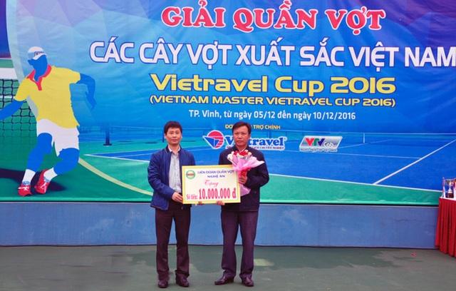 Ông Trần Minh Ngọc (bên trái) - Phó Giám đốc Đài PTTH Nghệ An, Phó Chủ tịch kiêm Tổng thư ký Liên đoàn quần vợt Nghệ An trao ủng hộ cho đại diện Trung tâm bảo trợ xã hội tỉnh Nghệ An.