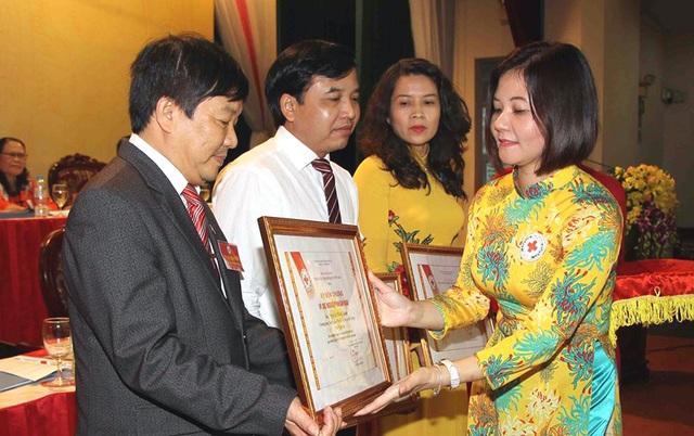 Bà Trần Thị Hồng An - Phó chủ tịch Hội chữ thập đỏ Việt Nam, đại diện Hội chữ thập đỏ Na-uy tại Việt Nam trao Bằng khen cho các cá nhân có thành tích trong hoạt động nhân đạo.