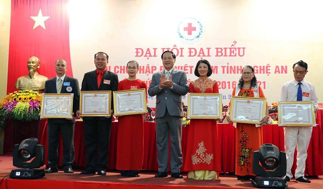 Lãnh đạo tỉnh Nghệ An trao Bằng khen cho những cá nhân, đơn vị xuất sắc.