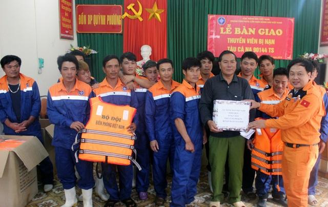Lãnh đạo thị xã Hoàng Mai, Hải đội 2, ĐBP Quỳnh Phương và phường Quỳnh Phương trao quà hỗ trợ ngư dân sau khi được cứu về đất liền.