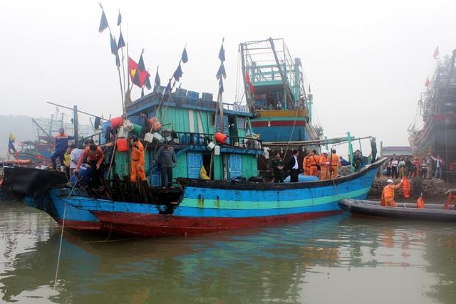 Ngay sau đó, cơ quan chức năng có mặt để kiểm tra và động viên 15 ngư dân.