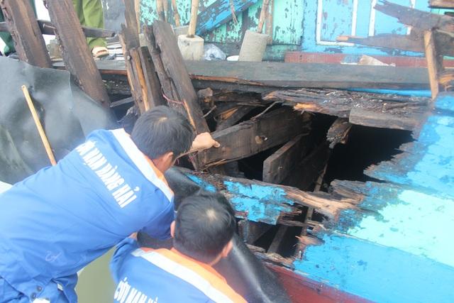 Phần thân tàu bị hư hỏng nặng và được lai dắt về đất liền để sửa chữa.