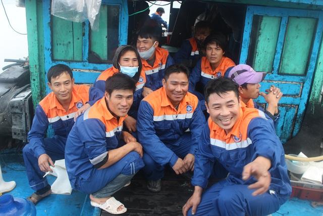 Niềm vui của 15 ngư dân được cứu sống đưa về đất liền.