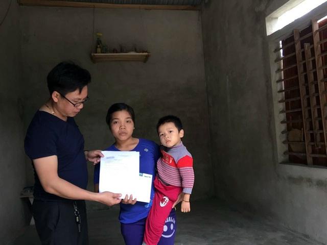 PV Dân trí trao thêm hơn 35 triệu đồng đến chị Trương Thị Danh.
