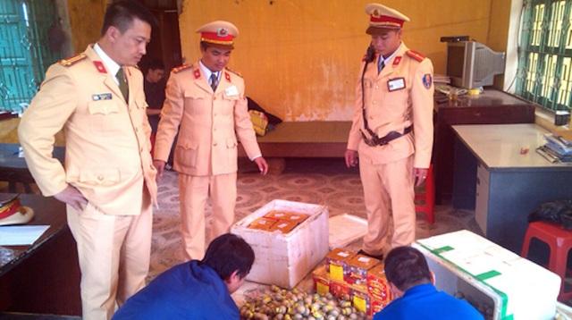 Trạm CSGT Diễn Châu bắt vụ vận chuyển hơn 1 tạ pháo nổ các loại.