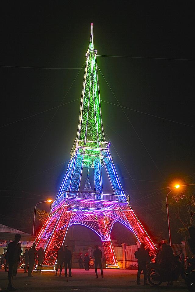"""Giáo dân Xứ Nghệ làm """"Tháp Eiffel"""" đón Giáng sinh độc nhất Việt Nam - 10"""