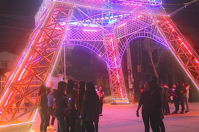 """Giáo dân Xứ Nghệ làm """"Tháp Eiffel"""" đón Giáng sinh độc nhất Việt Nam - 15"""