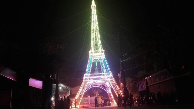 """Giáo dân Xứ Nghệ làm """"Tháp Eiffel"""" đón Giáng sinh độc nhất Việt Nam - 1"""
