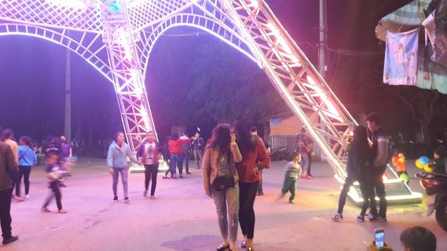 """Giáo dân Xứ Nghệ làm """"Tháp Eiffel"""" đón Giáng sinh độc nhất Việt Nam - 4"""