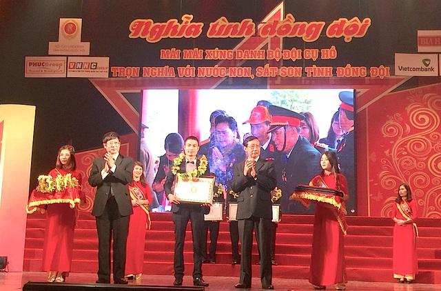 Ông chủ trẻ 8X Nguyễn Hữu Bắc (giữa) - Chủ tịch tập đoàn PhucGroup được lãnh đạo VP Quốc hội tặng Bẳng khen vì có nhiều đóng góp cho phát triển Du lịch và thành công Chương trình Nghĩa tình đồng đội.