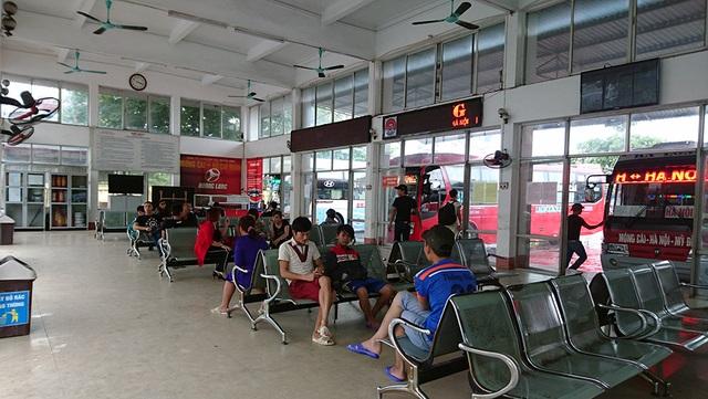 Tại bến xe khách Móng Cái, hành khách có thưa thớt hơn so với ngày thường nhưng mọi hoạt động vẫn diễn ra nhộn nhịp.