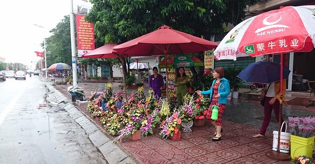 Trên phố, do sát ngày 20/10, những người kinh doanh hoa đổ ra đường để bán hàng.