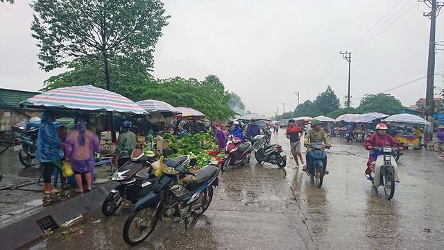 Dù trời mưa nhỏ nhưng không có gió, người dân mừng vì bão tan sớm.