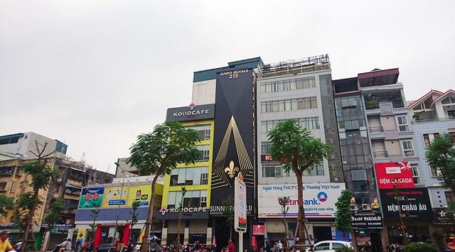 Những cơ sở karaoke này vẫn rất vô tư để biển quảng cáo hoành tráng bịt kín cả toà nhà.