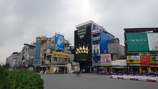 Một cơ sở karaoke khác ở đầu phố Xã Đàn có biến quảng cáo lớn.