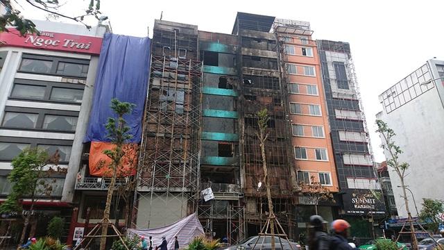 Vụ cháy tại các quán Karaoke trên đường Trần Thái Tông là một lời cảnh báo về tình trạng các biển quảng cáo quá khổ tại các quán karaoke đang xuất hiện trên địa bàn Hà Nội.