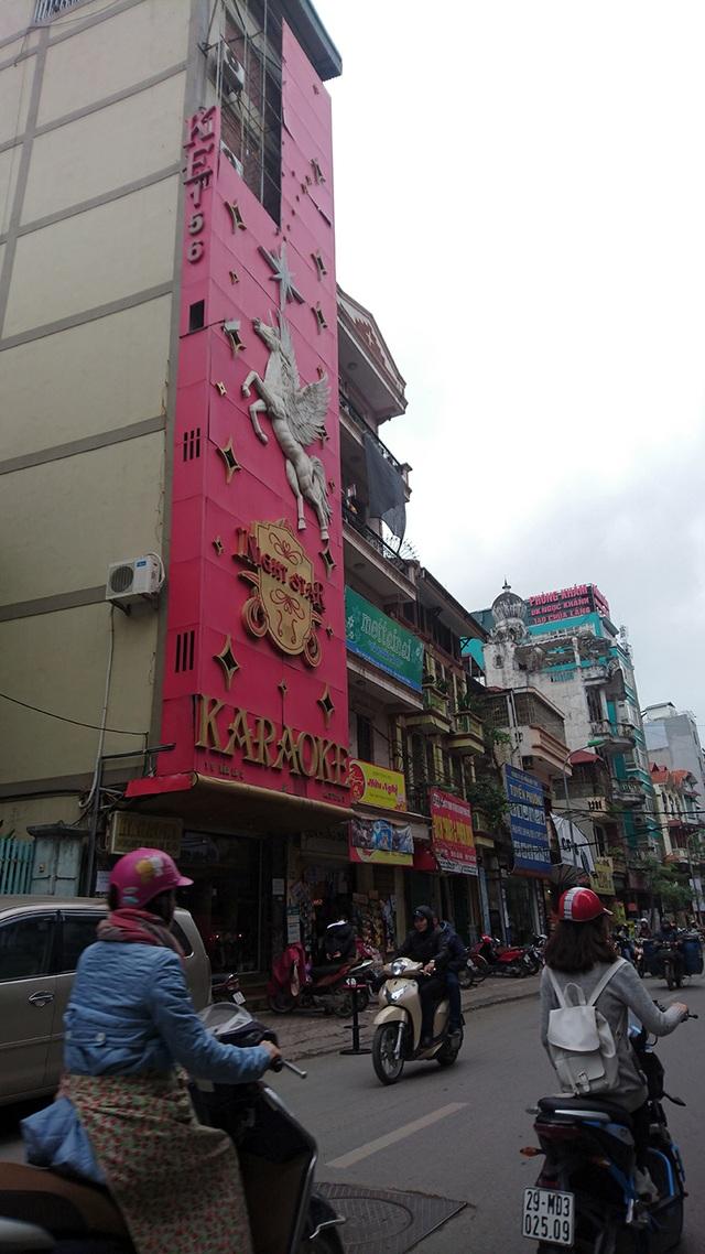 Tuy nhiên, vẫn còn đó không ít những quán karaoke có tấm biển quảng cáo đồ sộ như thế này. Trong ảnh là một quán karaoke khu vực phố Chùa Láng.