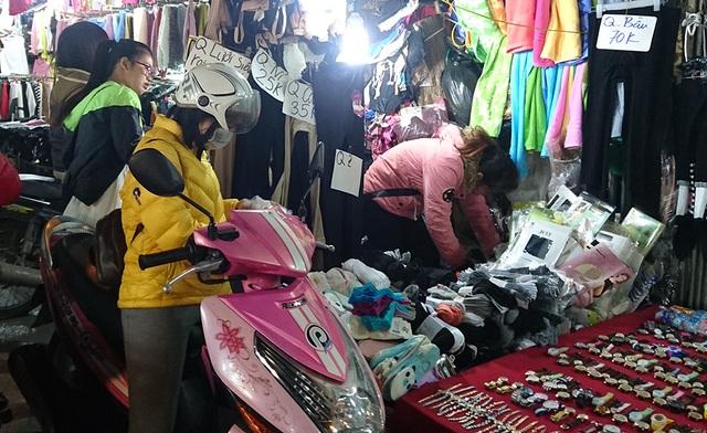 Theo các chủ cửa hàng tại chợ Nhà Xanh, các mặt hàng bán chạy nhất trong những ngày này là tất, khăn len và các loại áo giữ nhiệt cho cả nam và nữ.