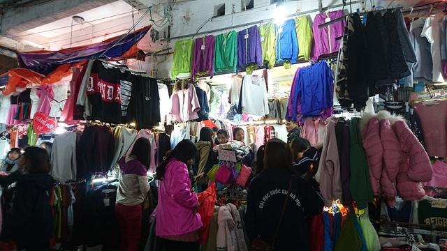 Là chợ nằm cạnh khu vực tập trung các trường đại học, nên người đi chợ đa số là sinh viên.