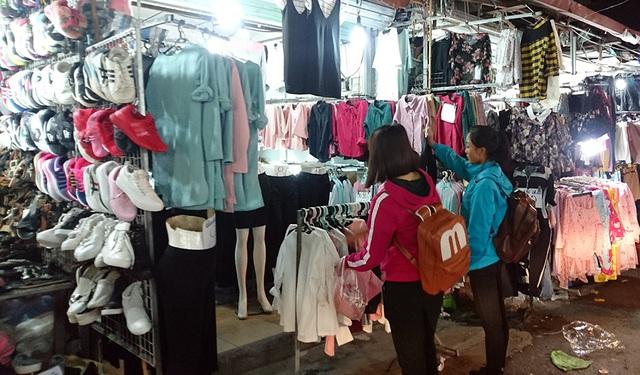 Giá quần áo, giày dép ở đây đều rẻ. Như áo khoác mùa đông có giá từ 100 - 200 nghìn đồng/chiếc.