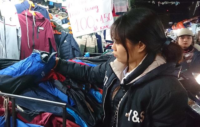 Bên cạnh sinh viên, khách hàng tại các khu chợ giá rẻ này còn có cả những người đã đi làm.