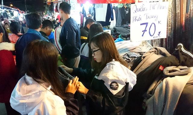 """""""Thiên đường giá rẻ sinh viên"""" đông nghịt người mua quần áo ấm - 10"""